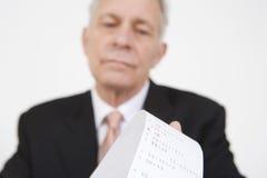 Biznesmen Patrzeje kalkulatora papier obrazy royalty free