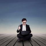 Biznesmen patrzeje laptop plenerowego Obrazy Royalty Free