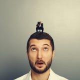 Biznesmen patrzeje małego starszego szefa Zdjęcie Stock
