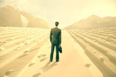 Biznesmen patrzeje papierowe góry Obraz Stock