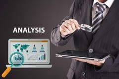 Biznesmen patrzeje pastylkę z powiększać - szkło Ikony analiza Obraz Stock