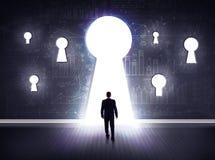 Biznesmen patrzeje przez keyhole obrazy royalty free