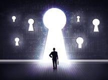 Biznesmen patrzeje przez keyhole obraz stock