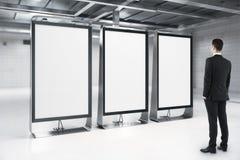 Biznesmen patrzeje pustych reklama stojaki zdjęcie royalty free