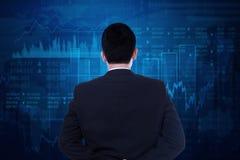 Biznesmen patrzeje rynek papierów wartościowych mapę Obrazy Royalty Free