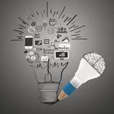 Biznesmen patrzeje strategii biznesowej ręka rysującą mapę Zdjęcia Stock