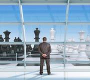 Biznesmen patrzeje szachy zdjęcie stock