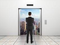Biznesmen patrzeje windę Obrazy Stock