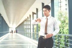 Biznesmen patrzeje zegarek patrzeje na czasie zdjęcia stock