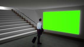 Biznesmen patrzeje zieleń ekran zdjęcie wideo