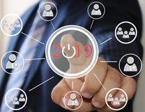 Biznesmen pcha 2019 na wirtualnych ekranach Biznesowa innowacja, biznesowy wzrok, webinar, wodowanie w 2019 Obraz Royalty Free