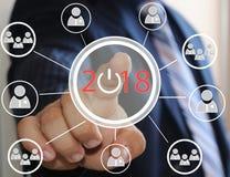 Biznesmen pcha 2018 na wirtualnych ekranach Biznesowa innowacja, biznesowy wzrok, webinar, wodowanie w 2018 Zdjęcie Stock