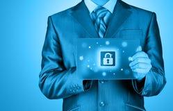 Biznesmen pcha wirtualnego ochrona guzika Obraz Stock