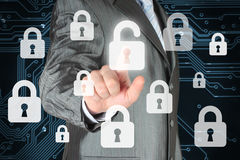 Biznesmen pcha wirtualnego ochrona guzika Zdjęcia Stock