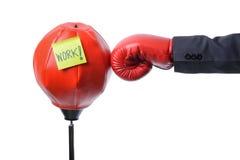 Biznesmen pięści poncz uderza pięścią torbę, biznesowy pojęcie Zdjęcie Stock