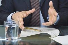 biznesmen piśmie dokumentu Zdjęcia Stock