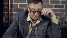 Biznesmen pije alkohol indoors z ściana z cegieł zbiory wideo