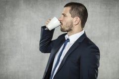 Biznesmen pije kawę dno fotografia royalty free