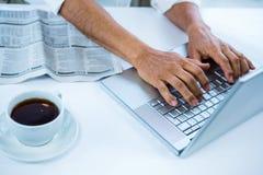 Biznesmen pisać na maszynie na jego komputerze Zdjęcie Stock