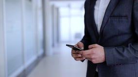 Biznesmen pisać na maszynie na telefonie zdjęcie wideo
