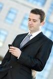 Biznesmen pisać na maszynie na telefon komórkowy Obrazy Royalty Free
