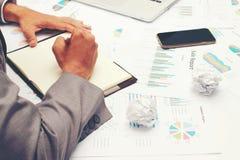 Biznesmen pisze biznesowym raporcie na pustym notatniku z czerwonym piórem na biurka biurze Biznesowy pojęcie: Fotografia Royalty Free