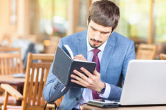 Biznesmen pisze jego pomysle przy notatnikiem Fotografia Royalty Free