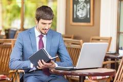 Biznesmen pisze jego pomysle przy notatnikiem Obraz Royalty Free
