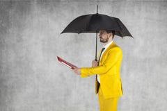 Biznesmen pod parasolem daje teczce Zdjęcie Royalty Free