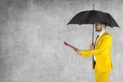 Biznesmen pod parasolem daje teczce, kopii przestrzeń Zdjęcie Stock