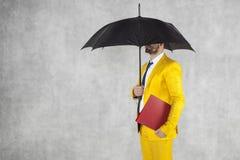 Biznesmen pod parasolem z teczką Zdjęcie Royalty Free