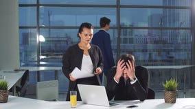 Biznesmen Pod stresem Przy pracą Koledzy przynoszą mnóstwo dokumenty dla weryfikaci zbiory