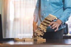 Biznesmen podnosi drewniany blokowego nie udać się niebezpieczeństwo basztowe ręki trzyma wyzwanie gemowy zdjęcie royalty free