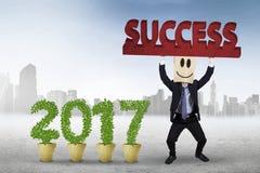 Biznesmen podnosi tekst z liczbą 2017 Zdjęcia Stock