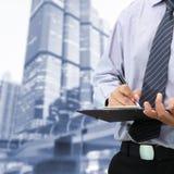 Biznesmen podpisuje dokument Obraz Stock