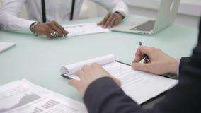 Biznesmen podpisuje kontrakt na biznesowych negocjacjach w biurze, zakończenie up zbiory