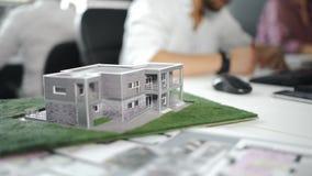 Biznesmen podpisuje kontrakt za domowym architektonicznym modelem z bliska 4K zbiory wideo