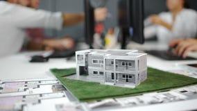 Biznesmen podpisuje kontrakt za domowym architektonicznym modelem z bliska 4K zbiory