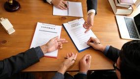 biznesmen podpisuje kontraktacyjną zgodę z pośrednikiem handlu nieruchomościami kupienie, sellin obraz stock