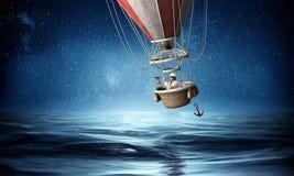 Biznesmen podróż na lotniczym balonie Zdjęcie Stock