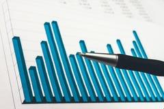 Biznesmen pokazuje diagram na pieniężnym raporcie Obraz Stock