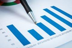 Biznesmen pokazuje diagram na pieniężnym raporcie Fotografia Stock