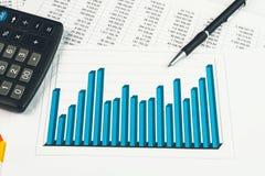 Biznesmen pokazuje diagram na pieniężnym raporcie Obraz Royalty Free