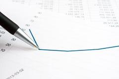 Biznesmen pokazuje diagram na pieniężnym raporcie używać pióro zdjęcie royalty free