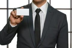 Biznesmen pokazuje jego wizyty kartę Zdjęcia Royalty Free