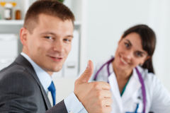 Biznesmen pokazuje kciuk up z lekarką Obraz Royalty Free