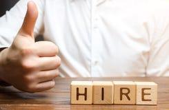 Biznesmen pokazuje kciuk w górę i zatrudniać inskrypcję Przyzwala zatrudniać pracownika, dobre rekomendacje Rekrutacyjny pojęcie  zdjęcie royalty free