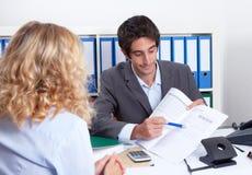 Biznesmen pokazuje klientów szczegóły kontrakt Zdjęcie Stock