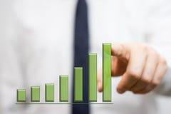 Biznesmen pokazuje narastającego wykres zdjęcia stock