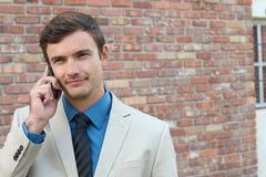 Biznesmen pokazuje nieufność podczas rozmowy telefonicza zdjęcia stock